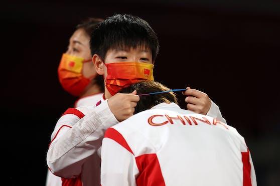 Sun Yingsha überreicht auch ihrer Kollegin Wang Manyu die Goldene.