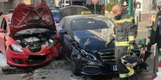 Auto brennt nach Crash in Wien, Beifahrerin verletzt