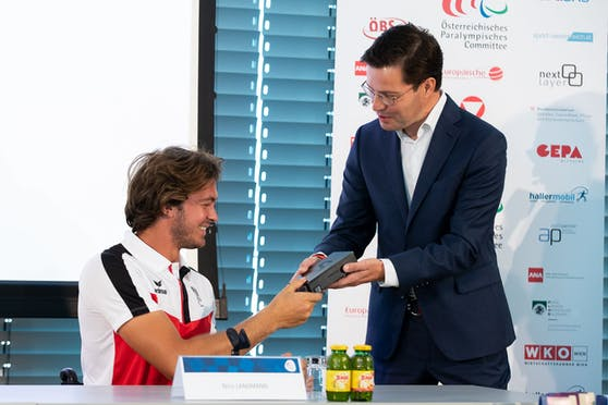 Nico Langmann/ Rollstuhl-Tennis; Marvin Peters, Director Mobile Samsung Electornics Austria.