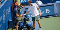 Tennis-Star Medwedew rammt Kamera und droht mit Klage
