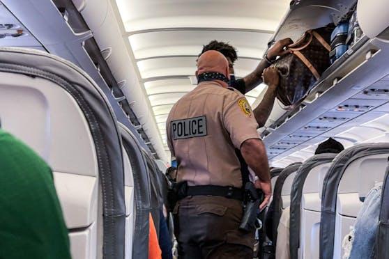 Unsittliches Benehmen im Flugzeug kann in den USA bis zu 45.000 Dollar kosten.