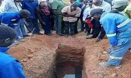 In Sambia ist ein Pfarrer gestorben, nachdem seine Kirchenmitglieder ihn bei lebendigem Leib in einer Grube vergraben haben.