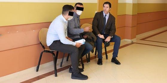 Vater (r.) und Sohn (l.) mit ihrem Anwalt Tassilo Wallentin am Landl