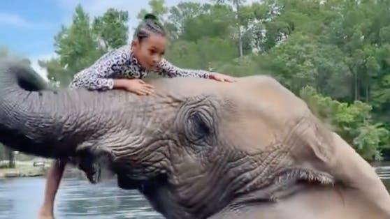 Chris Browns Tochter Royalty (7) beim Ritt auf einem Elefanten
