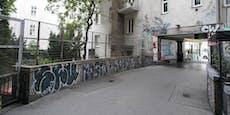 Gefälschte Taferl gegen Graffiti in Wien montiert