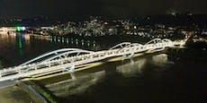 So schön ist die neue Linzer Eisenbahnbrücke bei Nacht