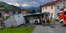 Geparkter Bus rollt los, rammt Fahrer in WC-Container