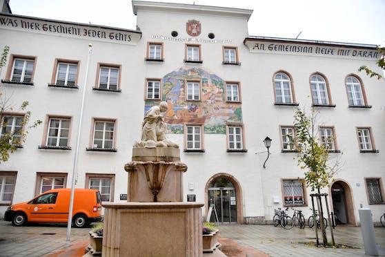 Wirbel im Halleiner Rathaus: Der Stadtamtsdirektor soll Nazi-Liedgut auf seinem dienstlichen PC gespeichert haben.