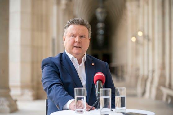 Michael Ludwig (SPÖ) hält auch eine Verschärfung der Corona-Maßnahmen für möglich, macht die Entscheidung jedoch vom Bund abhängig.