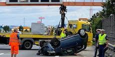 Auto überschlägt sich bei Unfall auf der A1