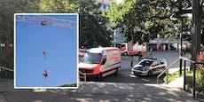 Wiener Bauarbeiter stürzt ab, wird mit Kran geborgen