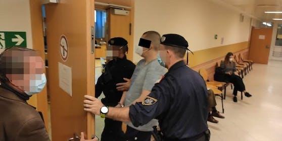 Aufgrund der Gefährlichkeit hatte der Inhaftierte Handschellen.