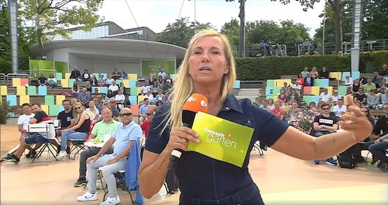Andrea Kiewel zeigt ihr Jeans-Outfit.