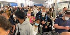 Leute warten am Flughafen Wien, weil Schalter zu sind