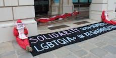 Aktivisten blockieren ÖVP-Zentrale mitten in Wien