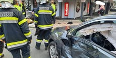 Biker (18, 19) bei Crash vor Supermarkt schwer verletzt