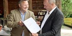 Bürgermeister überrascht Wiener bei Wanderung mit Orden