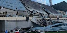 Stadion-Dach kracht während Spiel auf die Tribüne