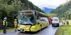 Auto kollidiert mit Linienbus – Insasse sofort tot