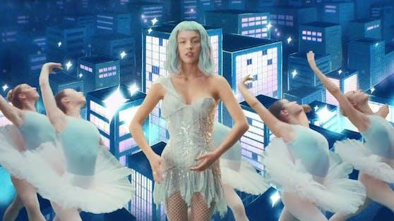 """Im Britney Spears Kleid aus dem Jahr 2003 ist Olivia Rodrigo in ihrem neuen Video """"Brutal"""" unterwegs."""