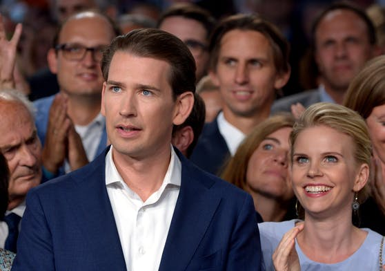 Bundeskanzler Sebastian Kurz mit seiner Lebensgefährtin Susanne. Er kündigt nun mehr Geld für Leistung an.