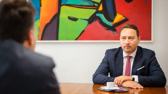 """FPOÖ-Chef Manfred Haimbuchner im Interview mit """"Heute""""-Reporter Armin Bach"""