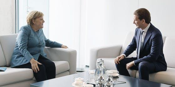 Bundeskanzler Sebastian Kurz (ÖVP) und Bundeskanzlerin Angela Merkel (L) am Dienstag in Berlin. (Handout-Bild aus dem Bundeskanzleramt)