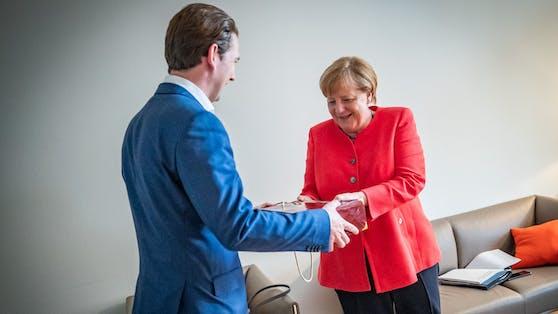 Bundeskanzler Sebastian Kurz stattet der deutschen Kanzlerin Angela Merkel einen Besuch ab.