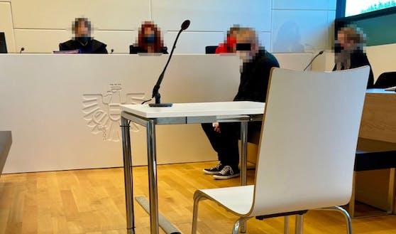 Nach Bankraub in Retz: Angeklagter (33) in Wr. Neustadt auf der Anklagebank