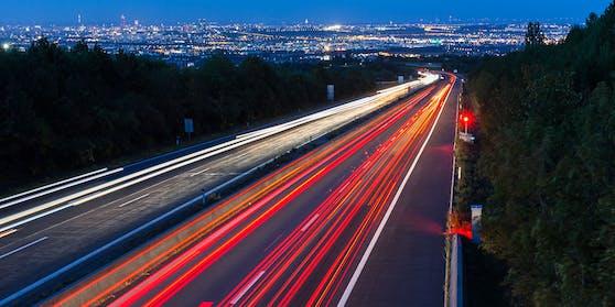 Wiener Außenring Autobahn A 21, Blick von Gießhübl auf Wien: Ein Radar blitzt einen Raser.