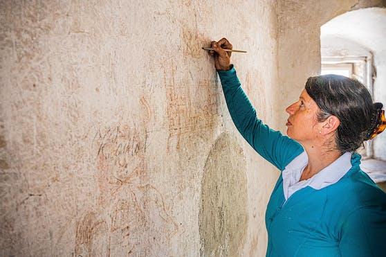 Denkmalpflegerin Martina Petuely hat die Wandzeichnungen im Rahmen der Restaurierungsarbeiten im Rathausturm entdeckt und freigelegt.