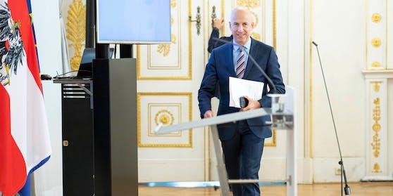 Arbeitsminister Martin Kocher (ÖVP) freut sich über die neuesten Arbeitsmarktdaten (Archivbild).