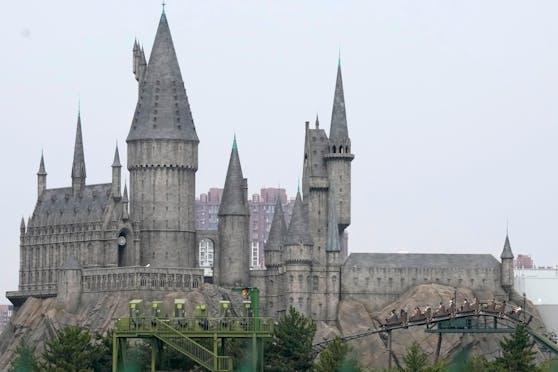 Vor Harry PottersHogwarts fährt eine Achterbahn wilde Kurven.