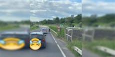 Moped-Auto fährt mit 15 km/h auf der Bundesstraße