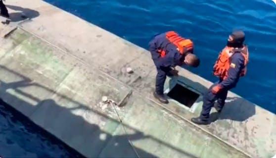 Hier bringt die kolumbianische Marine das U-Boot auf.