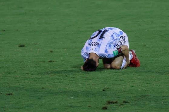 Lionel Messi nach dem brutalen Foul am Boden.