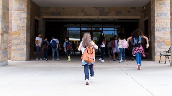 Für rund 500.000 Schüler beginnt jetzt das neue Schuljahr - allerdings unter strengen Maßnahmen.