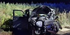 Lenker nach Unfall im Wagen eingeklemmt