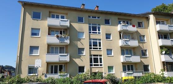 In diesem Mehrparteienhaus im Bezirk Vöcklabruck passierte das Unglück.