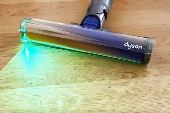 Die neue Bodendüse des Dyson V15 Detect strahlt einen Laser ab, der Staub und Schmutz sichtbar macht.
