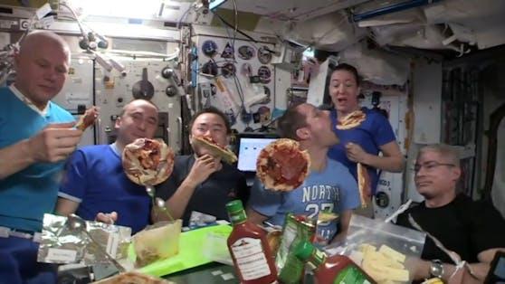 Das gibt es im Orbit nicht oft: Die ISS-Besatzung durften sich mit echtem Essen eine Pizza machen und hielten die Party auf Video fest.