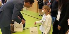 Bürgermeister ohne Maske schüttelte Schülern die Hand