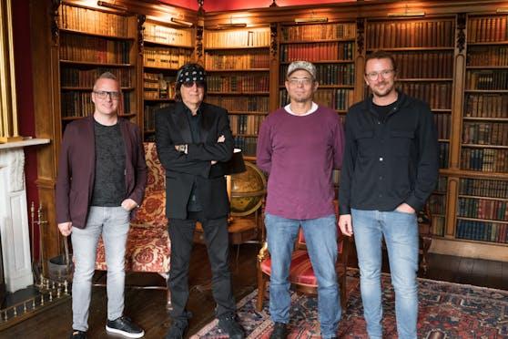 Charity-Organisator Dominik Frey (love2care), Künstler Helnwein, Armin Mösinger (SONNE-International) und Gewinner Thomas Kienberger.