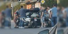 Motorrad landet bei Crash in Wien auf PKW-Dach
