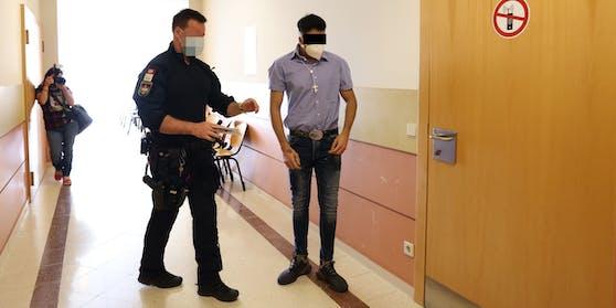 Der 21-Jährige mit Kreuz-Kette am Montag vor Gericht.