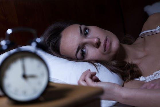 Nahezu jeder von uns hat im Laufe seines Lebens mal leichte Schlafstörungen. Bestehen diese dauerhaft, sollte ein Arzt aufgesucht werden.