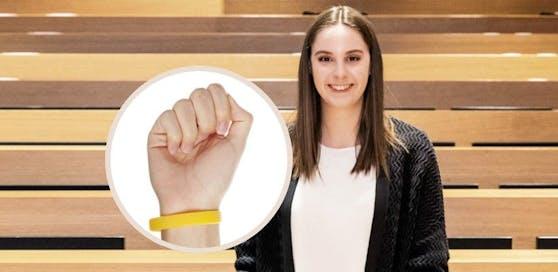 """Vanessa Fuchs, ÖH-Vorsitzende an der JKU Linz, erklärt gegenüber """"Heute"""" wie das Armband als 3G-Nachweis funktionieren soll."""