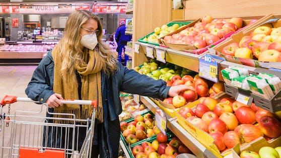 Einkaufen mit FFP2-Maske im Supermarkt - für Geimpfte als Empfehlung, für Ungeimpfte verpflichtend.