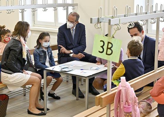 Bildungsminister Heinz Faßmann und Wiens Bildungsstadtrat Christoph Wiederkehr bei einem Schulbesuch am Montag