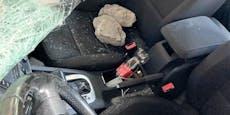 Stein-Attacke auf 30-Jährige in ihrem eigenen Wagen